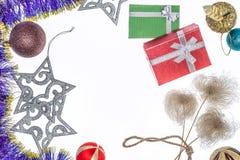 οικολογικός ξύλινος διακοσμήσεων Χριστουγέννων r Υπόβαθρο με τα δώρα και τις διακοσμήσεις Χριστουγέννων Στοκ Φωτογραφίες