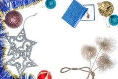 οικολογικός ξύλινος διακοσμήσεων Χριστουγέννων r Υπόβαθρο με τα δώρα και τις διακοσμήσεις Χριστουγέννων Στοκ φωτογραφία με δικαίωμα ελεύθερης χρήσης