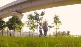 Οικολόγος δύο που παίρνει τα δείγματα αέρα κοντά στην εθνική οδό στοκ φωτογραφίες με δικαίωμα ελεύθερης χρήσης