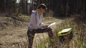Οικολόγος στη δασική θέση χαρακτηρισμού στο χάρτη απόθεμα βίντεο