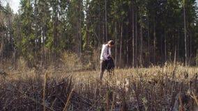 Οικολόγος στο δάσος που καταρρίπτει χαρακτηρίζοντας τη θέση στο χάρτη απόθεμα βίντεο