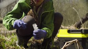 Οικολόγος στο δάσος που παίρνει τα δείγματα απόθεμα βίντεο