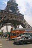 Οικονομία στη μεταφορά πολυτέλειας στο Παρίσι μπροστά από τον πύργο του Άιφελ στοκ φωτογραφία με δικαίωμα ελεύθερης χρήσης