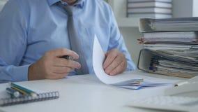 Οικονομικά έγγραφα σημαδιών επιχειρηματιών στο γραφείο λογιστικής στοκ εικόνα