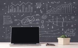 Οικονομικά επιχειρησιακά διαγράμματα και lap-top γραφείων Στοκ Εικόνα