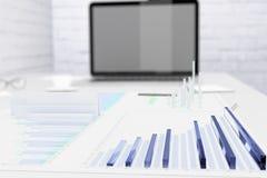 Οικονομικά διαγράμματα στην οθόνη υπολογιστών γραφείου και lap-top Στοκ εικόνα με δικαίωμα ελεύθερης χρήσης