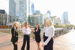 Οικονομικά μέλη ομάδας που μιλούν με τα boos στην υπεράσπιση Παρίσι Λα στοκ φωτογραφία με δικαίωμα ελεύθερης χρήσης