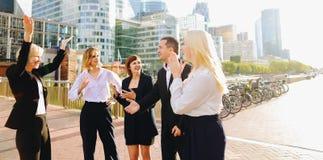 Οικονομικά μέλη ομάδας που μιλούν με τα boos στην υπεράσπιση Παρίσι Λα στοκ φωτογραφία