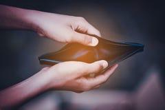 Οικονομικά προβλήματα χεριών και πορτοφολιών στοκ φωτογραφίες με δικαίωμα ελεύθερης χρήσης