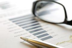 Οικονομικά στοιχεία που αναλύουν - εικόνα αποθεμάτων Στοκ Εικόνα