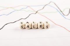 Οικονομικές γραφικές παραστάσεις ανάλυσης στο γραφείο Πωλήσεις γραπτές Στοκ Εικόνες