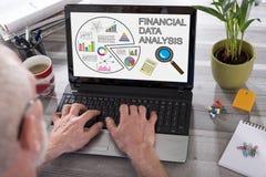 Οικονομική έννοια ανάλυσης στοιχείων σε μια οθόνη lap-top Στοκ Εικόνα