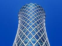 Οικονομική έννοια επιτυχίας Σύγχρονος ουρανοξύστης στο μπλε υπόβαθρο με το copyspace (πύργος Qipco, πύργος ανεμοστροβίλου στοκ εικόνα με δικαίωμα ελεύθερης χρήσης
