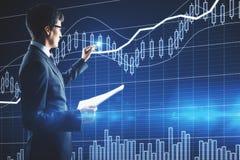 οικονομική ανάπτυξη έννοιας νομισμάτων πέρα από το λευκό φυτών Στοκ Εικόνες
