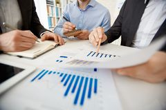 οικονομική εργασία εκθέσεων επιχειρηματιών Στοκ Εικόνες