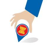Οικονομική κοινότητα της ASEAN, AEC στην καρφίτσα χεριών επιχειρηματιών, για το σχέδιο παρόν μέσα Στοκ Εικόνα