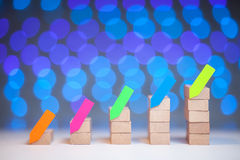 Οικονομική ξύλινη γραφική παράσταση με τις αυτοκόλλητες ετικέττες στοκ φωτογραφία με δικαίωμα ελεύθερης χρήσης