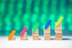 Οικονομική ξύλινη γραφική παράσταση με τις αυτοκόλλητες ετικέττες στοκ εικόνες με δικαίωμα ελεύθερης χρήσης