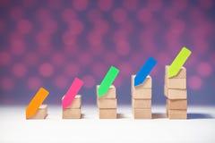 Οικονομική ξύλινη γραφική παράσταση με τις αυτοκόλλητες ετικέττες στοκ εικόνες