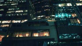 Οικονομική περιοχή Σύγχρονα κτίρια γραφείων Ουρανοξύστες Βράδυ Κατώτατη άποψη φιλμ μικρού μήκους