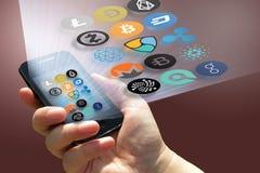 Οικονομική τεχνολογία και χρήματα Διαδικτύου - smartphone στα σημάδια χεριών και νομισμάτων Στοκ εικόνες με δικαίωμα ελεύθερης χρήσης