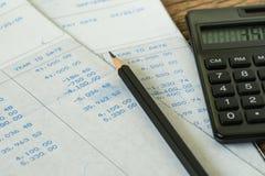 Οικονομική φορολογικός υπολογισμός μισθών γραφείων ή έννοια αναθεώρησης με το β Στοκ φωτογραφία με δικαίωμα ελεύθερης χρήσης