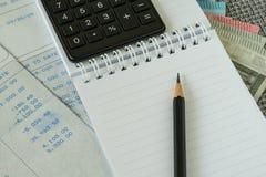 Οικονομική φορολογικός υπολογισμός μισθών γραφείων ή έννοια αναθεώρησης με το β Στοκ εικόνα με δικαίωμα ελεύθερης χρήσης