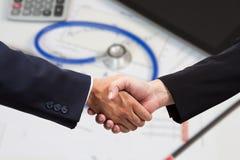 Οικονομική χειραψία επιχειρηματιών στοκ φωτογραφία με δικαίωμα ελεύθερης χρήσης