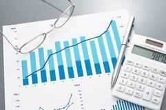 Οικονομικοί έκθεση, υπολογιστής, γυαλιά και μάνδρα Στοκ Φωτογραφία