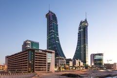 Οικονομικοί λιμενικοί πύργοι του Μπαχρέιν στο σούρουπο Στοκ Εικόνες