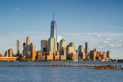 Οικονομικοί ουρανοξύστες περιοχής της Νέας Υόρκης και ποταμός του Hudson στο ηλιοβασίλεμα Στοκ Εικόνες
