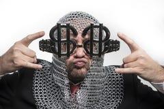 Οικονομικός, επιχειρηματίας με μεσαιωνικός executioner στο μέταλλο και Si Στοκ Εικόνες