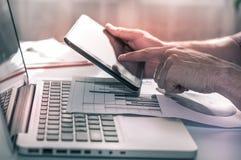 οικονομικός εργασιακός χώρος lap-top περιβάλλοντος υπολογισμών επιχειρηματιών Επιστήμη στοιχείων Omnichannel στοκ φωτογραφία