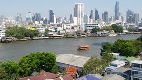 Οικονομικός κοντινός ήρεμος ποταμός περιοχής Άποψη των ουρανοξυστών που βρίσκονται στην ακτή του ήρεμου ποταμού Chao Praya μέσα κ απόθεμα βίντεο