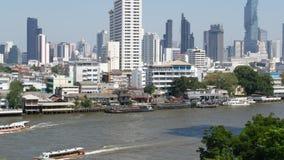 Οικονομικός κοντινός ήρεμος ποταμός περιοχής Άποψη των ουρανοξυστών που βρίσκονται στην ακτή του ήρεμου ποταμού Chao Praya μέσα κ φιλμ μικρού μήκους