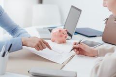 οικονομικός προγραμματισμός ποντικιών γραφικών παραστάσεων δολαρίων τραπεζογραμματίων Στοκ φωτογραφίες με δικαίωμα ελεύθερης χρήσης
