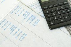 Οικονομικός φορολογικός υπολογισμός μισθών γραφείων με την ολίσθηση εισοδήματος μισθών Στοκ Φωτογραφίες