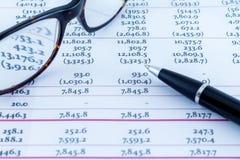 Οικονομικός χώρος εργασίας επιχειρηματιών γραφείων γραφείων στατιστικών διαγραμμάτων Στοκ Φωτογραφία