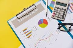 Οικονομικό έγγραφο εγγράφου εκθέσεων διαγραμμάτων επιχειρησιακών γραφικών παραστάσεων με τη μάνδρα υπολογιστών και το κίτρινο υπό στοκ φωτογραφία με δικαίωμα ελεύθερης χρήσης