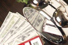 οικονομικό λευκό εκθέσεων πεννών oer διαγραμμάτων ανασκόπησης Ο χρόνος είναι χρήματα και πλούτος χρόνος λειτουργίας χρημάτων ιδεώ Στοκ Φωτογραφία