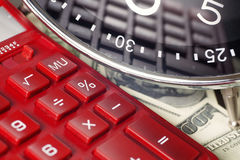 οικονομικό λευκό εκθέσεων πεννών oer διαγραμμάτων ανασκόπησης Ο χρόνος είναι χρήματα και πλούτος χρόνος λειτουργίας χρημάτων ιδεώ Στοκ Φωτογραφίες