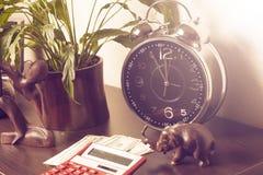 οικονομικό λευκό εκθέσεων πεννών oer διαγραμμάτων ανασκόπησης Ο χρόνος είναι χρήματα και πλούτος χρόνος λειτουργίας χρημάτων ιδεώ Στοκ φωτογραφία με δικαίωμα ελεύθερης χρήσης