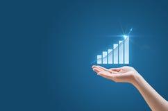 Οικονομικό διάγραμμα αύξησης στο χέρι του στοκ εικόνα
