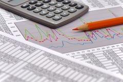 Οικονομικό διάγραμμα στον πίνακα των στοιχείων Στοκ εικόνα με δικαίωμα ελεύθερης χρήσης