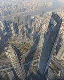 Οικονομικό κέντρο πύργων της Jin Mao και κόσμων της Σαγκάη που αντιμετωπίζεται από τον πύργο της Σαγκάη γεφυρών παρατήρησης Στοκ εικόνες με δικαίωμα ελεύθερης χρήσης