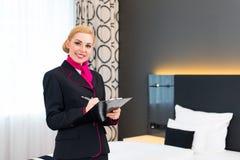 Οικονόμος που ελέγχει το δωμάτιο ξενοδοχείου στοκ εικόνα με δικαίωμα ελεύθερης χρήσης