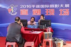 Οικοδεσπότης και φιλοξενούμενος στη ραδιοφωνική μετάδοση ζωντανή στοκ φωτογραφία με δικαίωμα ελεύθερης χρήσης