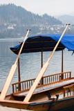 Οικολογικό τουριστικό μεταφορών σλοβένικο παραδοσιακό pletna βαρκών κωπηλασίας ξύλινο στη λίμνη που αιμορραγείται Στοκ εικόνα με δικαίωμα ελεύθερης χρήσης