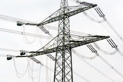 Οικοδομές πόλων δύναμης υψηλής τάσης Στοκ Φωτογραφίες