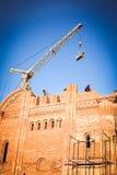 Οικοδόμηση ενός κτηρίου τούβλου Στοκ εικόνες με δικαίωμα ελεύθερης χρήσης